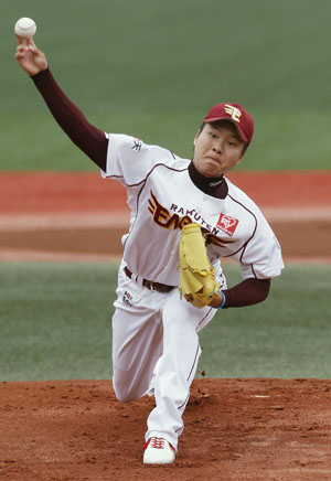 Good command: Eagles hurler Yoshinao Kamata delivers a pitch against the Carp on Sunday at Kleenex Stadium. Kamata had eight strikeouts in Tohoku Rakuten's 3-1 win over Hiroshima. | KYODO