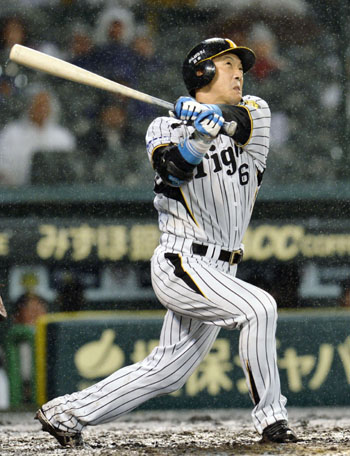 No stranger: The Tigers' Tomoaki Kanemoto smacks a three-run home run in the seventh inning against the Buffaloes on Friday at Koshien Stadium. Hanshin defeated Orix 3-1. | KYODO
