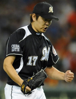 Yoshihisa Naruse savors a moment on the mound, as he allowed only one run Sunday night at Tokyo Dome and gave Lotte Marines a 2-1 victory over the Yomiuri Giants. | KYODO