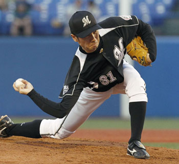 How low can you go?: Mariners right-hander Shunsuke Watanabe delivers a pitch against the Swallows on Wednesday at Jingu Stadium. Chiba Lotte defeated Tokyo Yakult 6-0. | KYODO