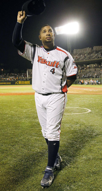 Friday night hero: Swallows slugger Wladimir Balentien salutes the fans after his two-home run performance in Tokyo Yakult's 5-3 victory over the Yomiuri Giants on Friday in Nagano. | KYODO