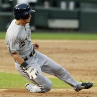 Thief: Brewers outfielder Norichika Aoki steals second during the third inning on Saturday in Chicago. | KYODO