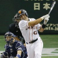 Giants beat Dragons to claim first place