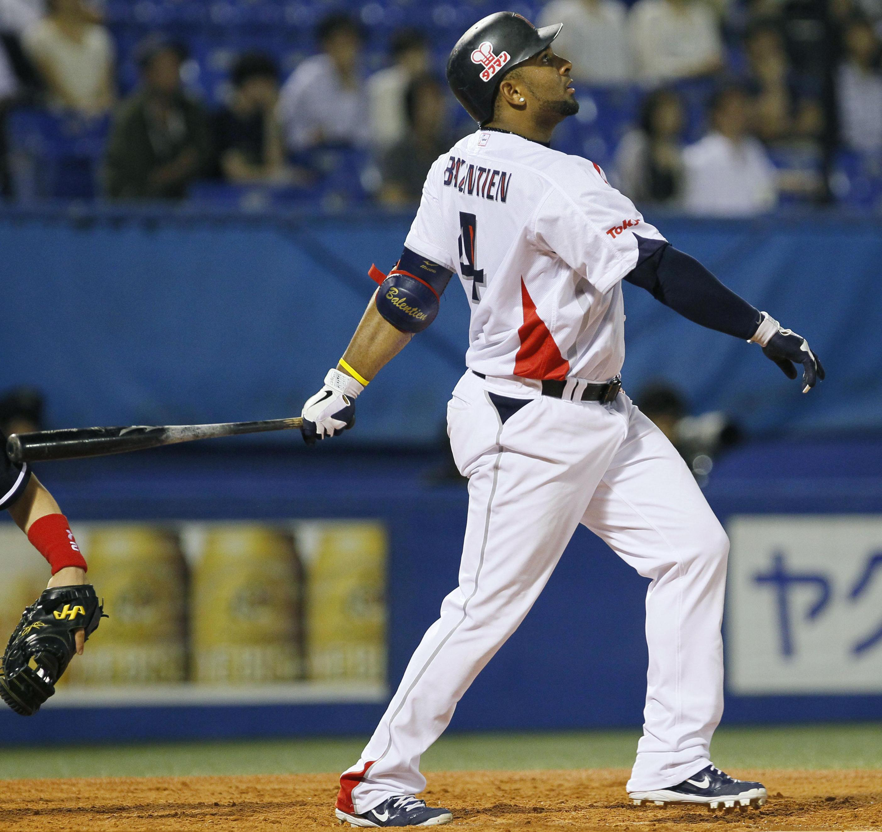 Feeling it: Tokyo Yakult's Wladimir Balentien, who hit three homers Wednesday against Chunichi, leads the NPB with 24 home runs this season. | KYODO
