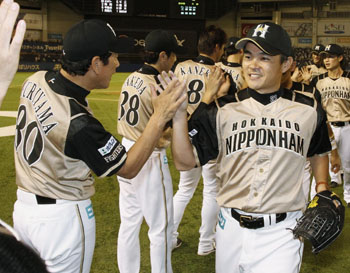 Fight on: Fighters closer Hisashi Takeda is congratulated by manager Hideki Kuriyama after Hokkaido Nippon Ham's 5-3 win over Chiba Lotte on Tuesday. | KYODO
