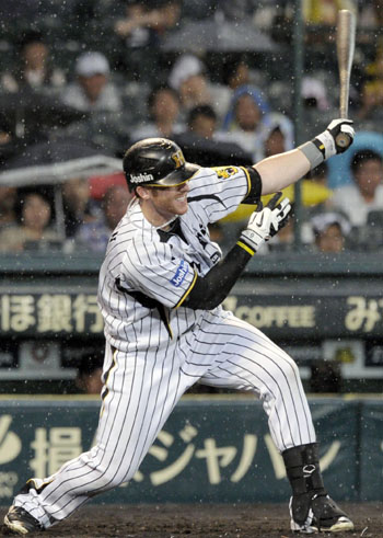 Doing his part: Hanshin's Matt Murton hits an RBI single during the third inning of a 3-2 win over the Tokyo Yakult Swallows on Wednesday at Koshien Stadium. | KYODO
