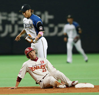 Thieves never prosper: Tohoku Rakuten's Teppei Tsuchiya (46) fails to steal a base in the third inning of the Eagles' 3-3 tie with the Fighters on Sunday. | KYODO