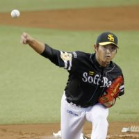 Strong outing: Softbank starter Tadashi Settsu pitches against Seibu in Game 1 of the first stage of the PL Climax Series on Saturday. | KYODO