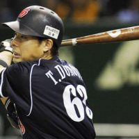Clutch at-bat: Takahiro Donoue's tiebreaking single helped the Chunichi Dragons beat the Yomiuri Giants 5-4 in Game 3 of the Central League Climax Series final stage on Friday at Tokyo Dome. | KYODO