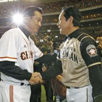 After the conclusion: Giants manager Tatsunori Hara and Fighters skipper Hideki Kuriyama speak after Game 6. | KYODO