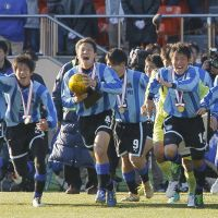 Wonderful mood: Miyazaki Hosho High School players celebrate their 5-3 victory on penalties over Kyoto Tachibana in the National High School Soccer Championship final on Saturday at National Stadium. | KYODO