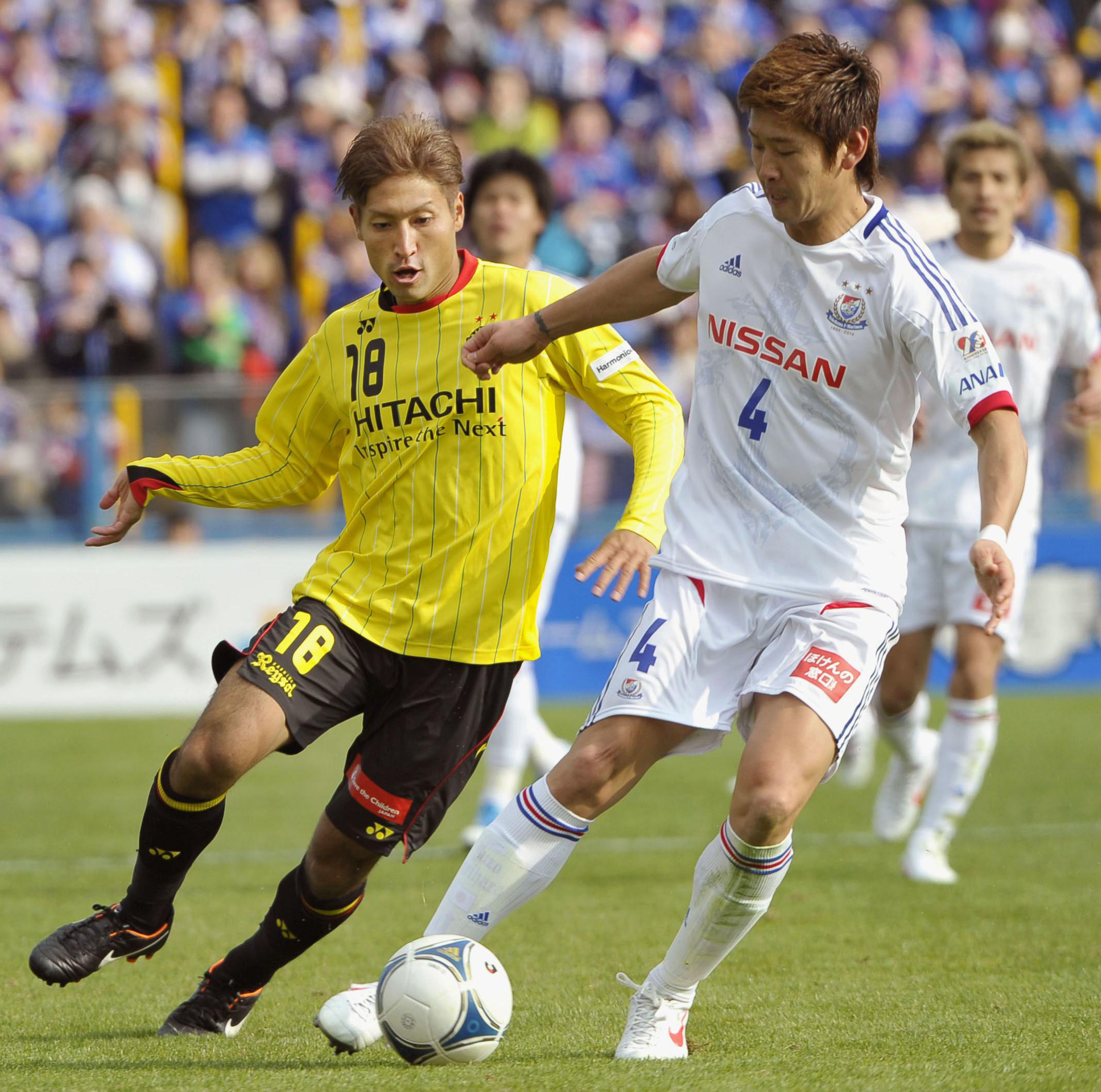 Goal rush: Kashiwa's Junya Tanaka (left) and Yokohama's Yuzo Kurihara compete for the ball at Hitachi Stadium on Sunday. The game ended in a 3-3 draw. | KYODO