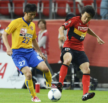 Battle for possession: Vegalta Sendai's Park Ju Sung (left) and Kensuke Nagai of Nagoya Grampus vie for the ball in a J.League match on Saturday. The teams settled for a 0-0 draw. | KYODO