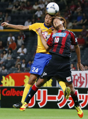 Head boys: Vegalta's Shingo Akamine (left) and Consadole's Hiroki Miyazawa contest a header on Saturday. Consadole won the game 2-1. | KYODO