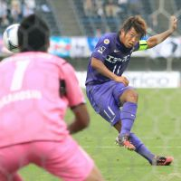 Clutching at straws: Kensuke Nagai and Nagoya Grampus look to be out of the J. League title picture after losing 5-0 against Albirex Niigata on Saturday. | KYODO