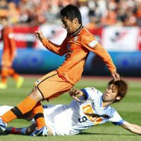 All out for victory: Shimizu S-Pulse's Taisuke Muramatsu (left) vies for the ball with Kashima Antlers' Yuya Osako during the Nabisco Cup final on Saturday at National Stadium. | KYODO