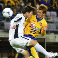 Down to the wire: A late equalizer from Naoki Sugai (25) in last week's 1-1 draw with Cerezo Osaka has kept Vegalta Sendai firmly in the J. League title hunt. | KYODO