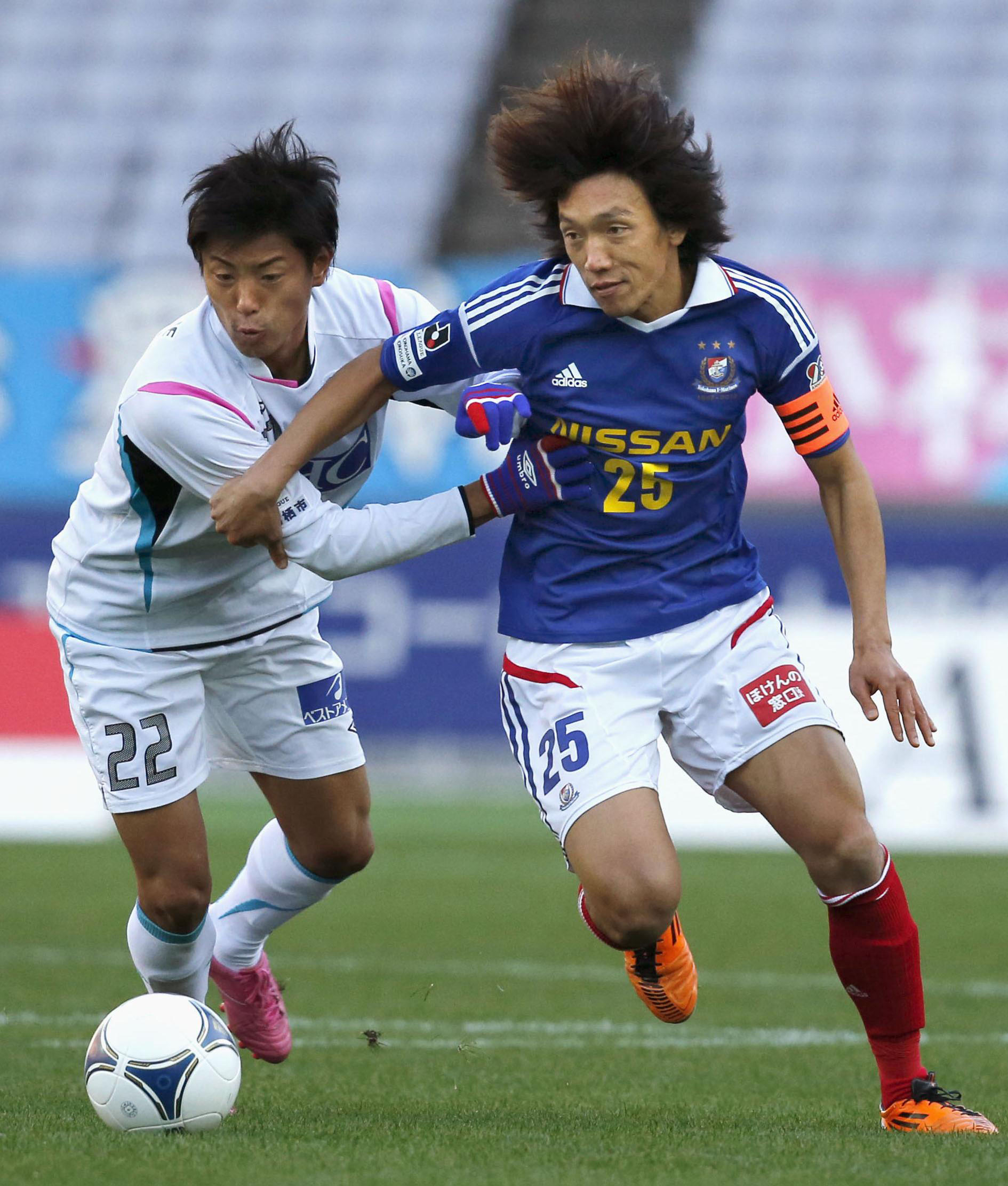 Personal touch: Yokohama's Shunsuke Nakamura (right) vies for the ball with Sagan's Kei Ikeda in J. League action on Saturday's at Nissan Stadium. F. Marinos won 1-0. | KYODO