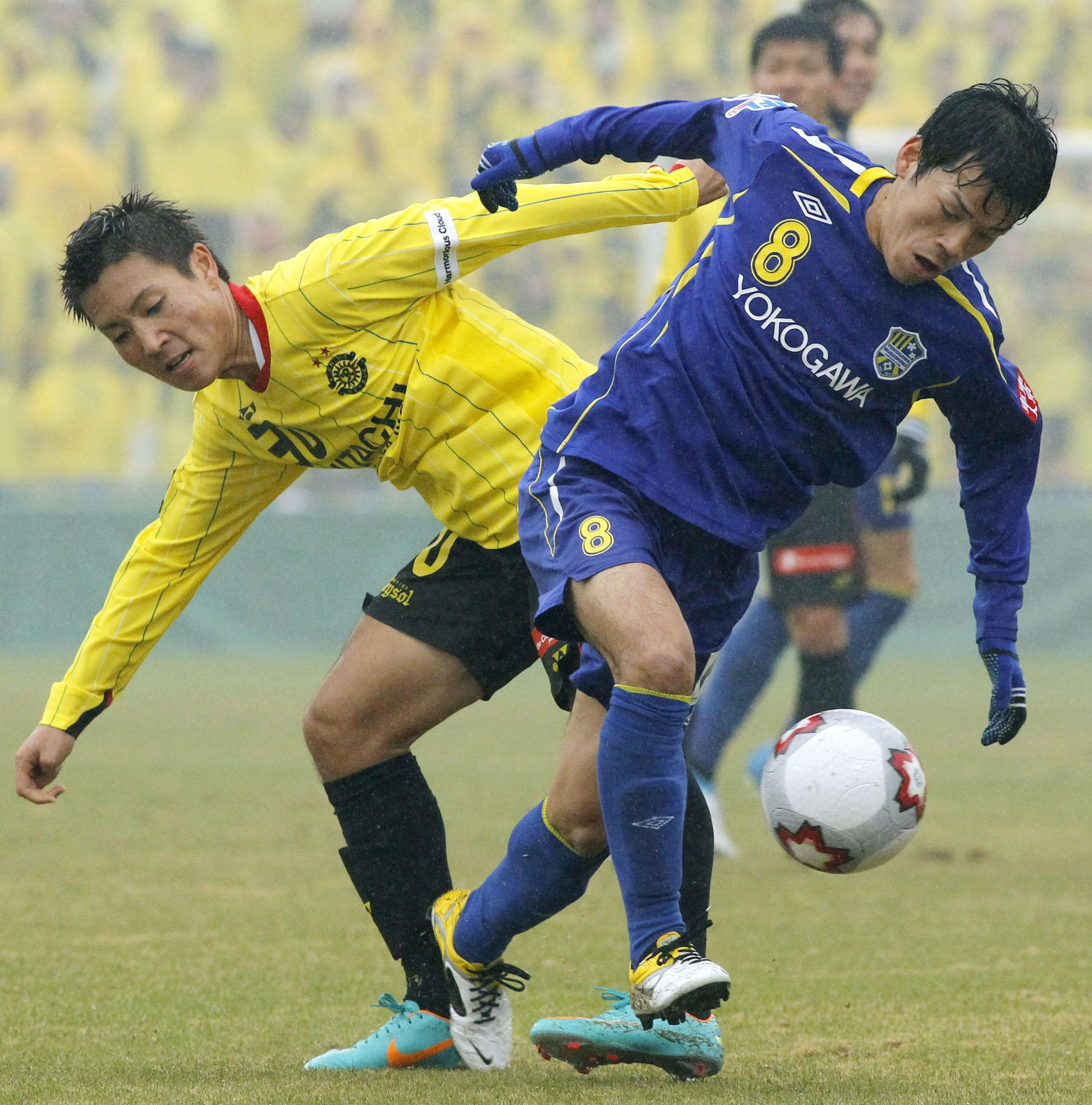 Take aim: Reysol forward Junya Tanaka takes a shot in front of  Yokogawa's Shunsuke Hayashi on Friday. Reysol won 1-0. | KYODO