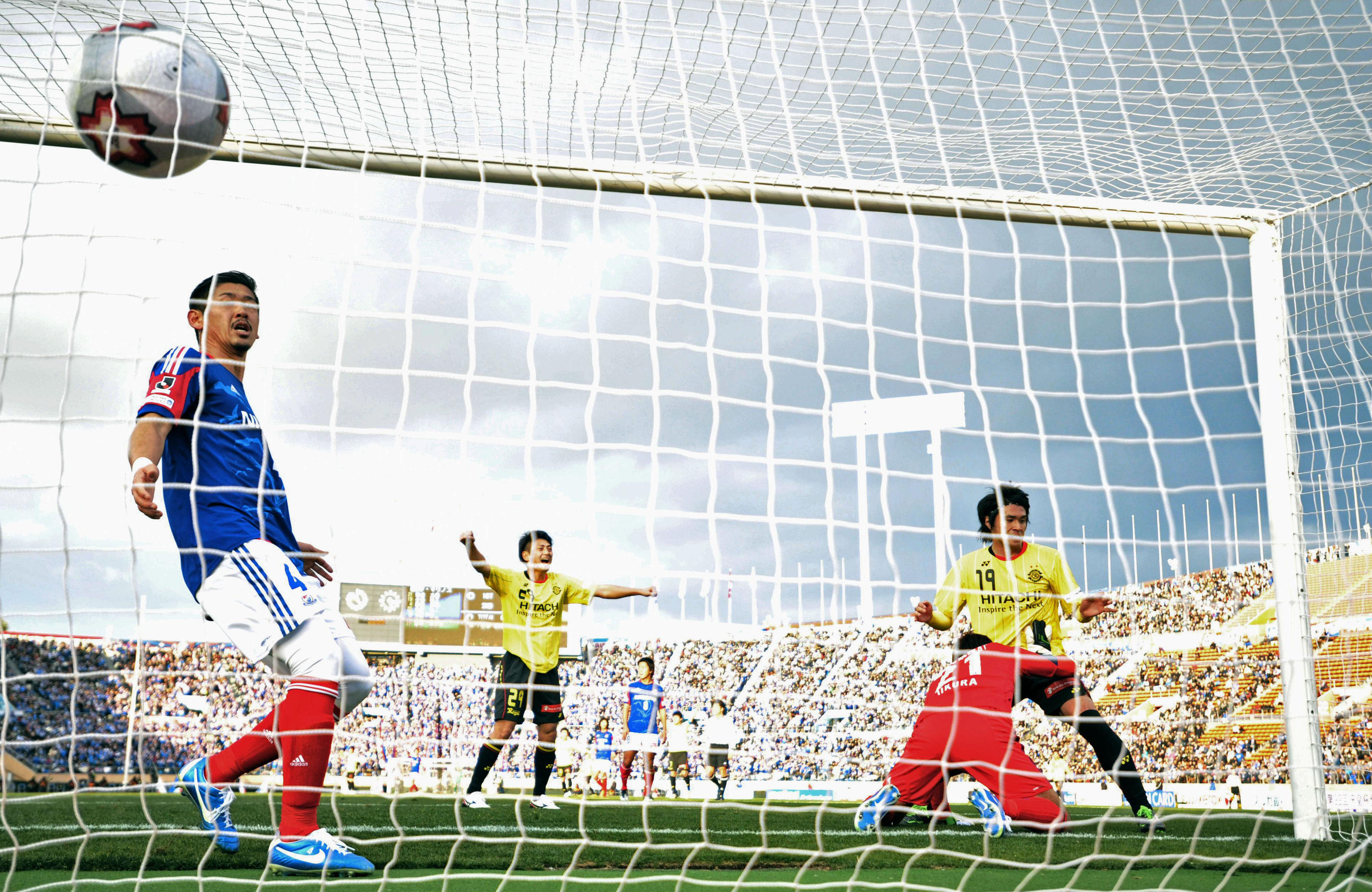 Mission accomplished: Masato Kudo of Kashiwa Reysol (19) scores the match's lone goal in the Emperor's Cup semifinals on Saturday at National Stadium. Reysol defeated Yokohama F. Marinos 1-0. | KYODO