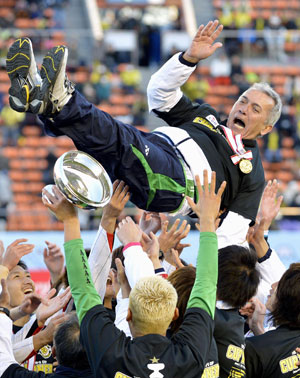 Kawawa Reysol coach Nelsinho Baptista is thrown aloft after his team defeated Gamba Osaka to win the Emperor's Cup final on Tuesday. | KYODO
