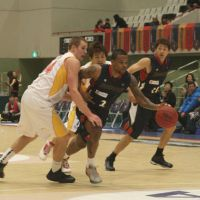 Setting the tempo: Yokohama B-Corsairs guard Draelon Burns (2) is one of the bj-league's top all-around players. | KAZ NAGATSUKA