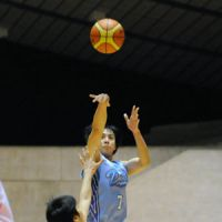 Aiming for victory: Mitsubishi guard Kei Igarashi (7) takes a shot during the All-Japan Basketball Championship quarterfinals against Toshiba on Sunday at Yoyogi National Gymnasium. The Diamond Dolphins beat the Brave Thunders 75-67. | KYODO