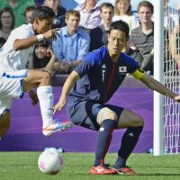 Defensive battle: Japan's Maya Yoshida defends against a Honduras attack in Group D action on Wednesday in Coventry, England. The match ended in scoreless draw. | KYODO