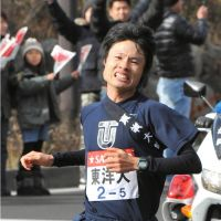 Road warrior: Toyo University's Ryuji Kashiwabara competes in the Tokyo-Hakone collegiate ekiden on Monday. | KYODO PHOTO