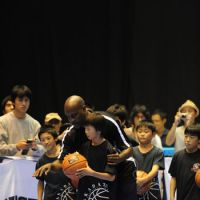 Sharing his passion: Longtime NBA guard Gary Payton gives pointers to youngsters on Oct. 6 during the NBA 3X Japan events in Sendai. | NBA ASIA