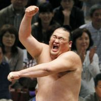 Clown prince of sumo Takamisakari retires
