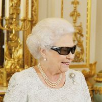 Queen praises Olympians in 3-D Christmas message