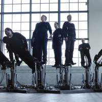 The 'Pendulum Choir' challenges music and movement. | &#169; COD.ACT PHOTO: XAVIER VOIROL