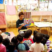 Nursery teacher Dan Ehara tells his young class a story through pictures.