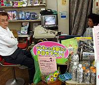 Takashi Uchida (left), an official in the Nijodori Shotengai association in Yamato City, Kanagawa Prefecture, talks in a fellow shopkeeper's store.