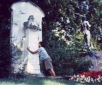 Self-styled hakamaira Kajipon Maruko Zangetsu shows his feelings in 1994 on his first 'pilgrimage' to the grave of German composer Johannes Brahm in Vienna, Austria, which he revisted in 2002. (Photos courtesy of Kajipon Maruko Zangestu)
