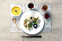 A nutritious macrobiotic meal comprises a healthy serving of grains and local vegetables, steeped in the balanced philosophy of yin and yang. Below: Students prepare food the macrobiotic way at Kushi Macrobiotic Academy in Ebisu, Shibuya Ward. | PHOTOS COURTESY OF KUSHI MACROBIOTIC ACADEMY