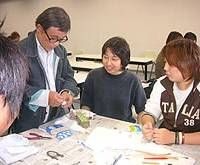 Kakeda shares crafting skills with students at Edogawa University in Nagareyama, Chiba Prefecture.