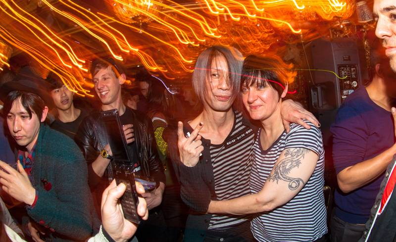 My Bloody Valentine bassist Debbie Googe takes a picture with a fan after her DJ set for the Tokyo Indie event at Trump Room in Shibuya, Tokyo, on Friday. Googe and bandmate Kevin Shields stayed at the club to chat with the crowd until early Saturday morning.