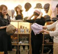 Chiaru Soga of VOL-NEXT and her employees try on hats for breast cancer patients | TOMOKO OTAKE PHOTO