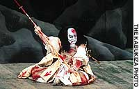 Nakamura Kichiemon gives a moving performance as the fatally wounded Taira no Tomomori in 'Yoshitsune Senbonzakura.'