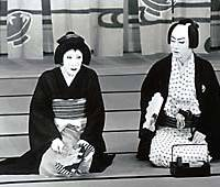 Nakamura Baigyoku as Mitsugi and Nakamura Utaemon as Manno perform 'Ise Ondo' in April 1992, to mark Baigyoku's succession to his stage name. |   PHOTO COURTESY OF SHOCHIKU PHOTOGRAPHIC DEPPARTMENT