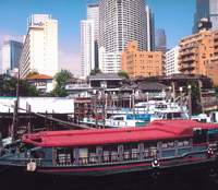 Three stages of development in Shinagawa on the canal in Daiba: a yakatabune (Edo-style pleasure boat), mid-1960s housing complexes, and high-rises around Shinagawa Station (ironically situated in Minato Ward). | KIT NAGAMURA PHOTOS