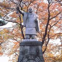 A statue of the priest Nichiren conveys a powerful impression of the man's determination (above); the graceful 29.4-meter pagoda at Ikegami Honmonji | KIT NAGAMURA PHOTOS