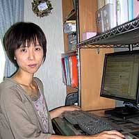 Tomoko Kobayashi, a Kanagawa Prefecture housewife and owner of two Web sites, works as an online 'affiliate' from her living room. | TOMOKO OTAKE PHOTO