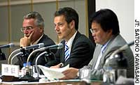 Peter Bofinger (center) discusses the prospects for the German economy during a July 21 symposium at Keidanren Kaikan while copanelists Ralf Wilde (left) and Atsushi Mizuno listen.