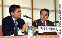 Fareed Zakaria, editor of Newsweek International, speaks during a lecture meetning at Keidanren Kaikan in Tokyo on Dec. 8 as Yoshinori Imai, executive editor and commentator of NHK who seved as moderator of the event, looks on.