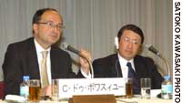 Christian de Boissieu, executive chairman of the French Council of Economic Analysis, speaks during a Dec. 7 symposium at Keidanren kaikan while Naoaki Okabe of Nihon Keizai Shimbun, who served as moderator, looks on.
