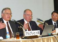 W. Steve Albrecht (left), associate dean of the Marriott School of Management at Brigham Young University, speaks during the May 15 symposium at Keidanren Kaikan in Tokyo, as Ned Hill (center), dean of the school, and Naoaki Okabe of Nihon Keizai Shinbun, listen.