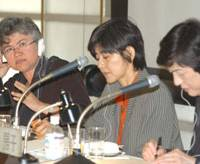 Dominique Meda (left), a researcher at the National Research Center for Employment in France, responds to a question while her co-panelists Kumiko Bando (center) and Fusako Utsumi listen during the Oct. 31 symposium.